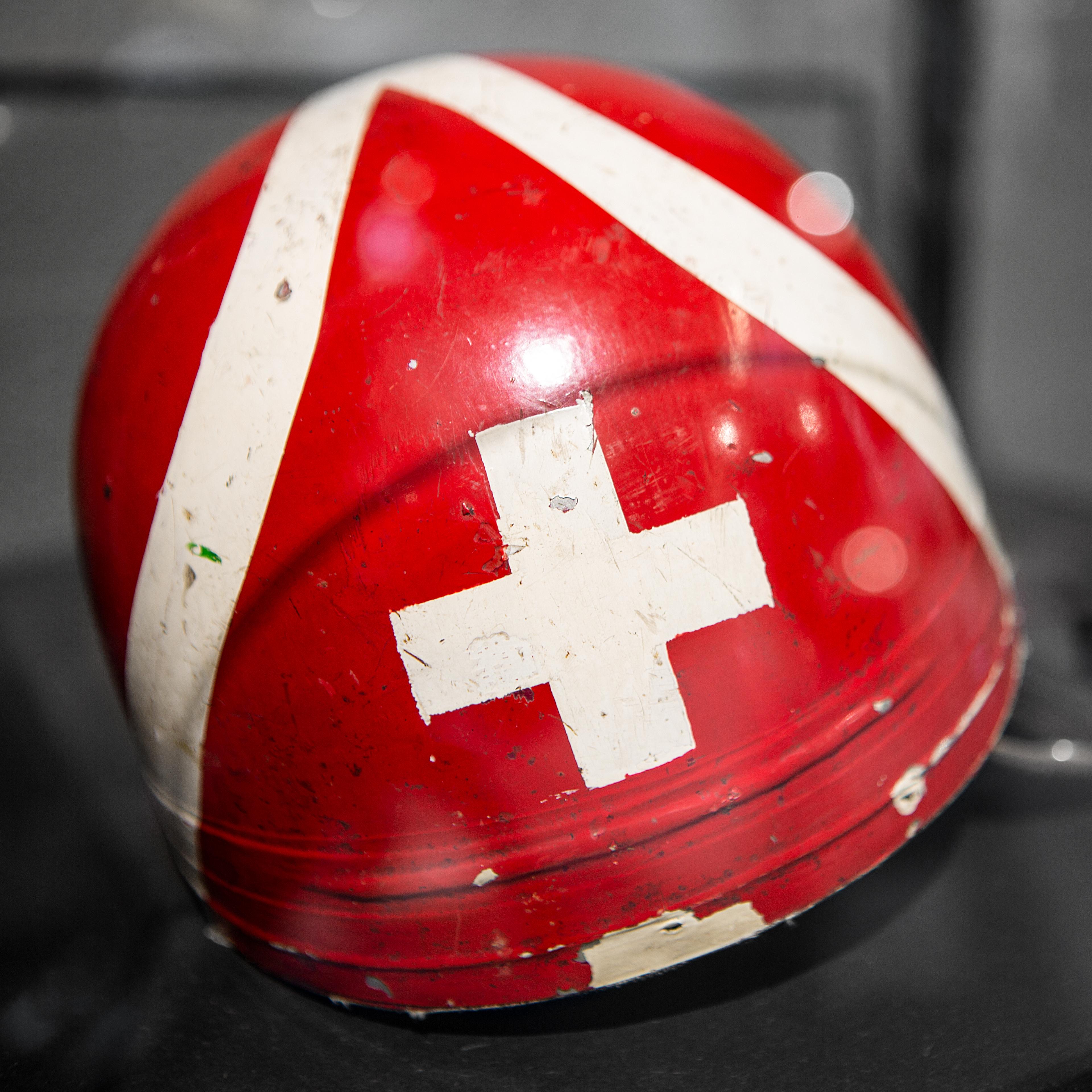 Hostettler Hall of Fame Helm Oldschool Schweizer Flagge